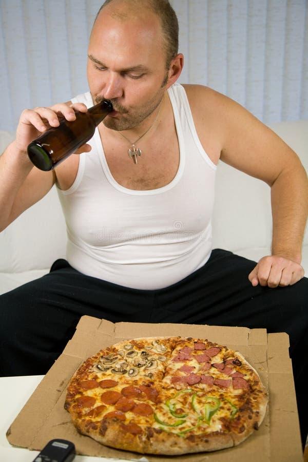 äta pizza som förbereder sig till royaltyfria foton