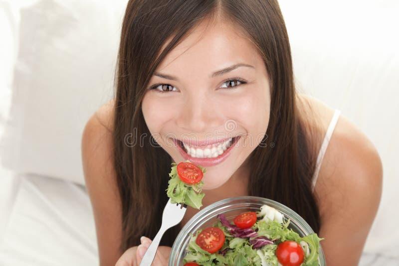 äta salladkvinnan arkivfoton