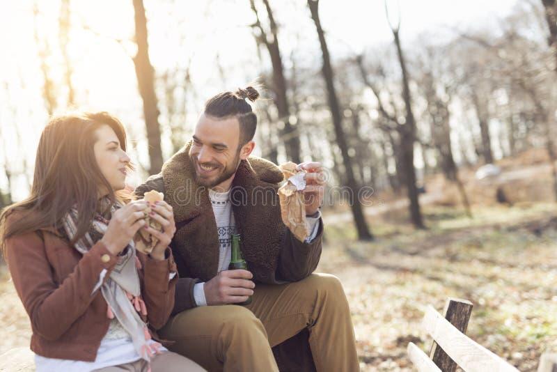 Äta smörgåsar royaltyfria bilder