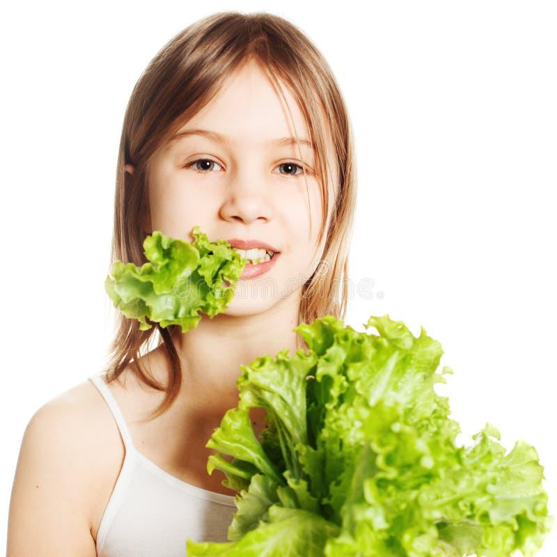 äta som är sunt Ung flicka med grön grönsallat royaltyfria foton