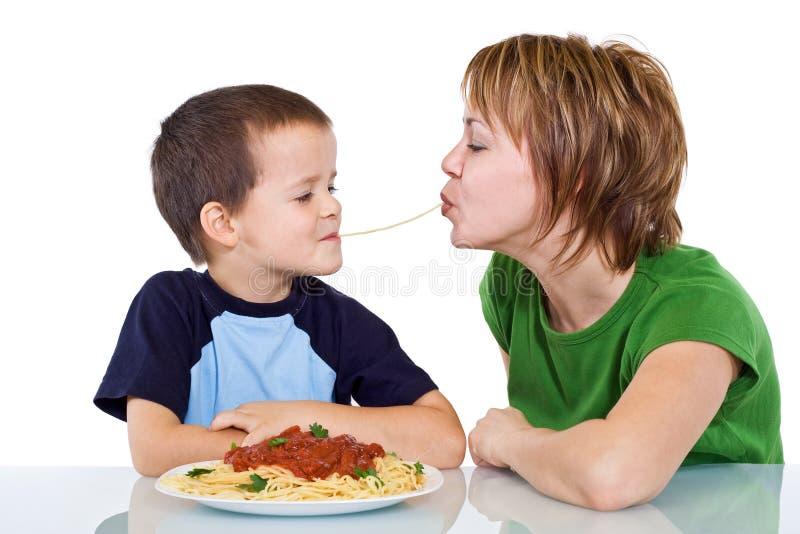 äta spagetti arkivbilder