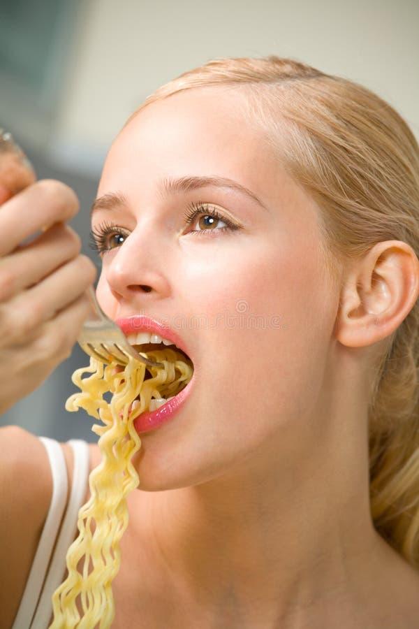 äta spagettikvinnan royaltyfri fotografi