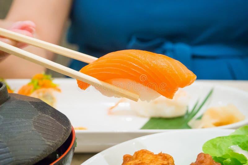 Äta sushi, japansk mat arkivfoto