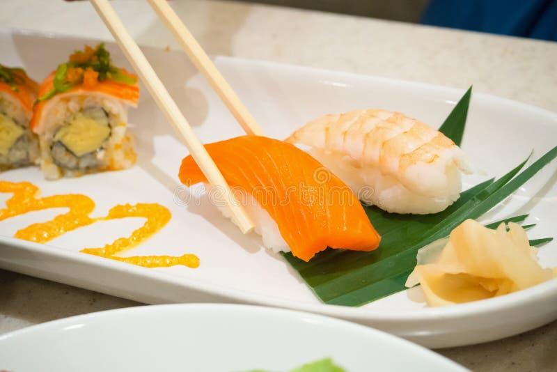 Äta sushi, japansk mat royaltyfria foton