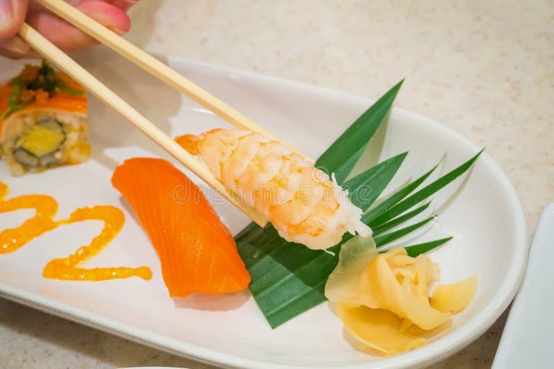 Äta sushi, japansk mat royaltyfri foto