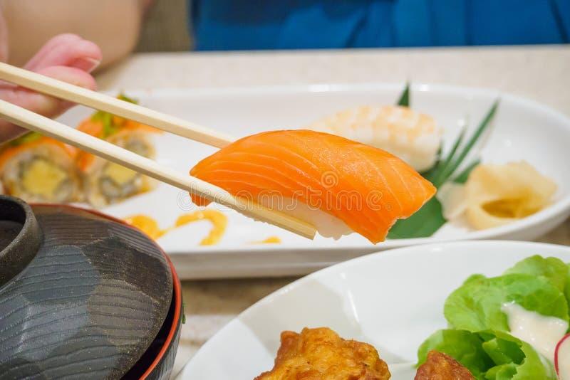 Äta sushi, japansk mat arkivbild