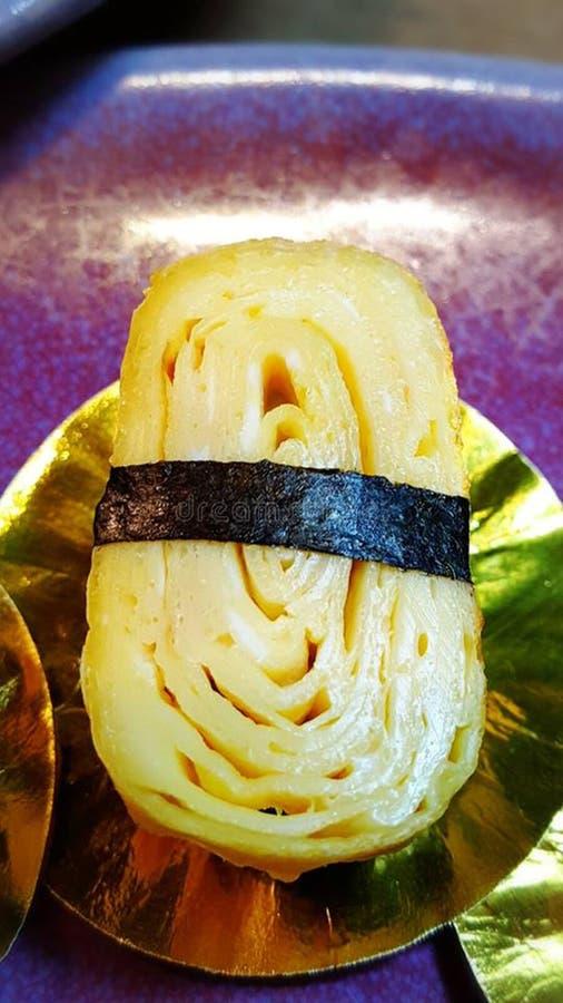 Äta sushirullar Japansk matrestaurang royaltyfria bilder