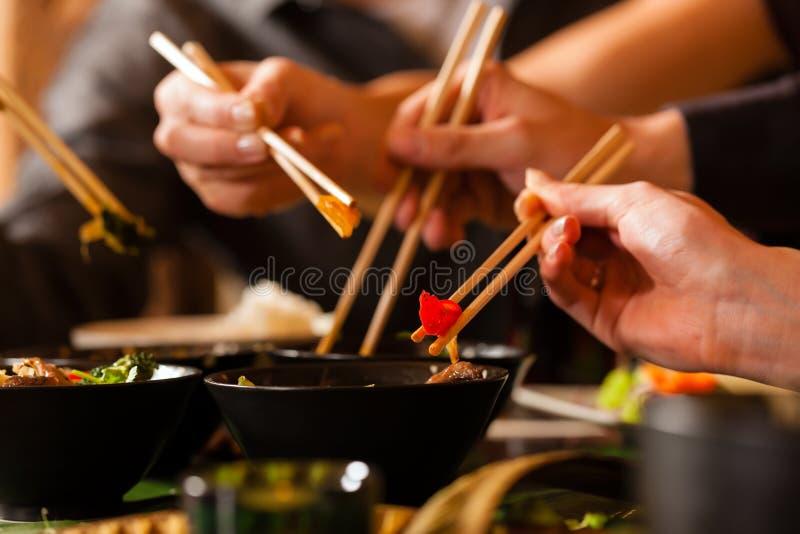 äta thai barn för folkrestaurang arkivfoto