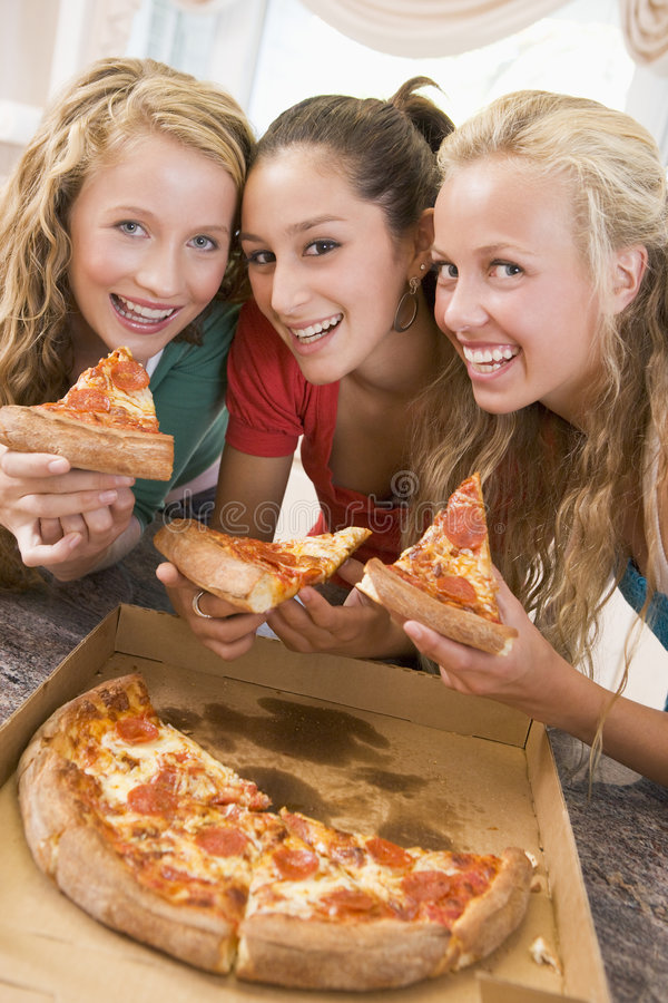 äta tonårs- flickapizza arkivbilder