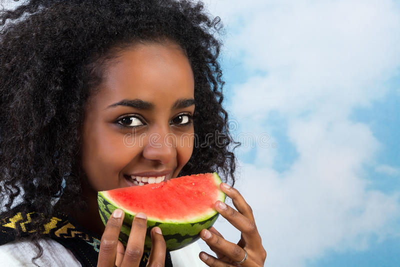 Äta vattenmelon royaltyfri bild