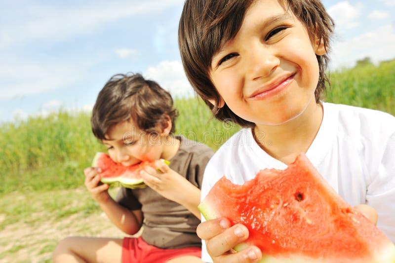 Äta vattenmelonen utanför arkivfoto