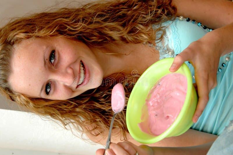 äta yoghurt fotografering för bildbyråer