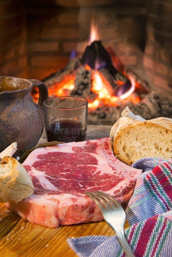 Ätbara biffar beredda att grillas royaltyfri fotografi