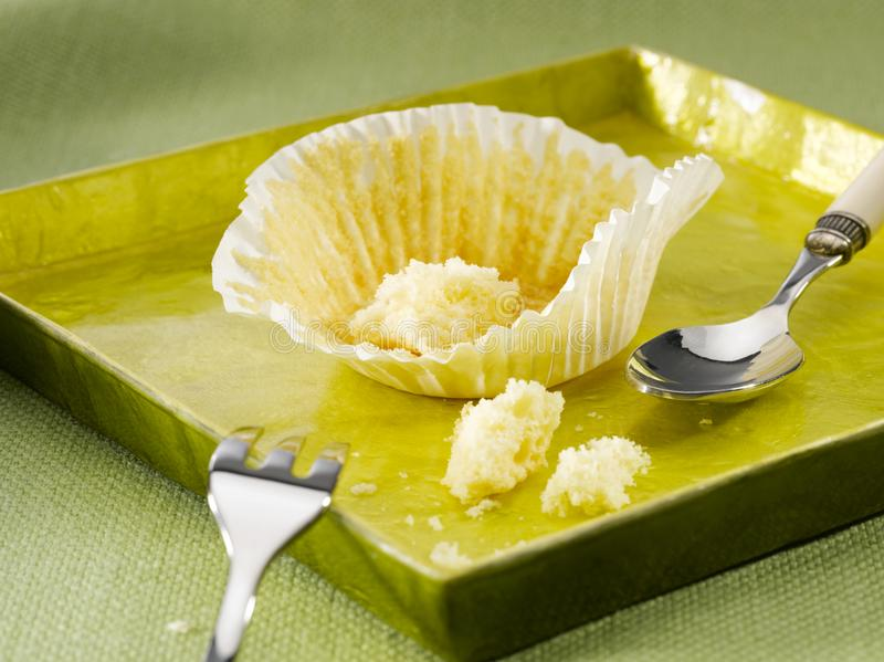 Äten muffin, tomt koppkakapapper royaltyfri fotografi