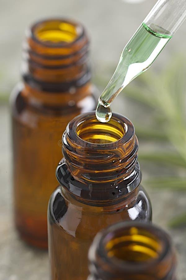 Ätherische Öle - lassen Sie unten eine Pipette fallen lizenzfreies stockfoto