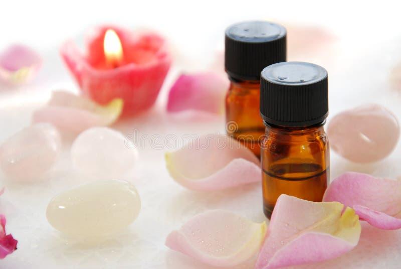 Ätherische Öle mit rosafarbener Kerze lizenzfreie stockfotografie