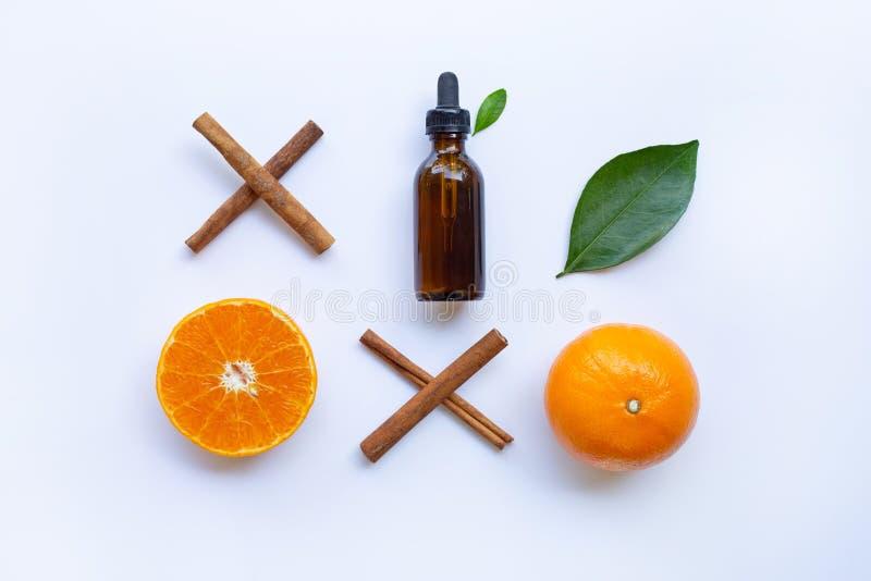 Ätherisches Öl mit Orange und Zimt lizenzfreie stockfotografie