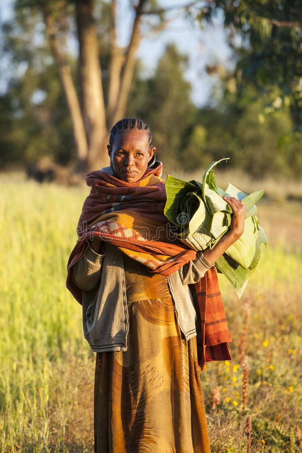 Äthiopische Frau mit Bananenblättern lizenzfreie stockbilder