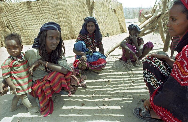 Äthiopische Frauen mit Kindern in der Wüste lizenzfreie stockfotos