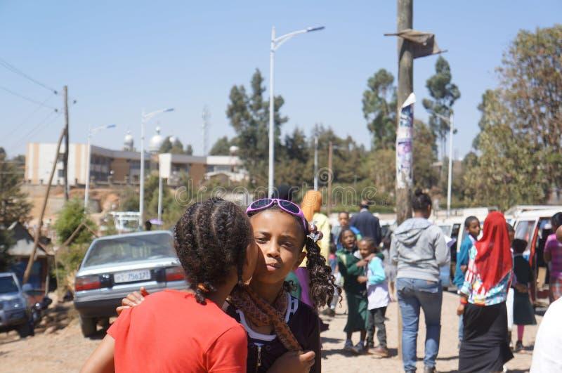 Äthiopische Mädchen geben sich einen Kuss stockfotos