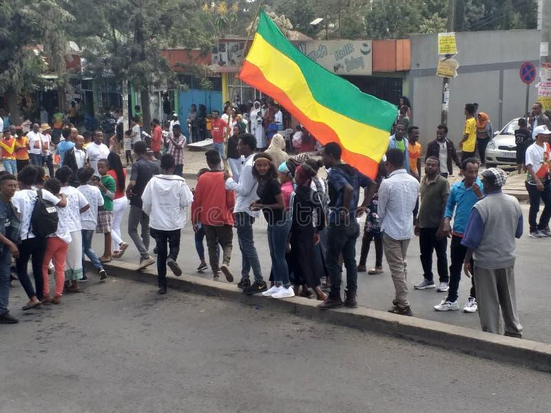 Äthiopische Männer und Frauen, die den 123. Jahrestag von Äthiopiens Sieg von Adwa über der eindringenden italienischen Kraft fei lizenzfreies stockbild