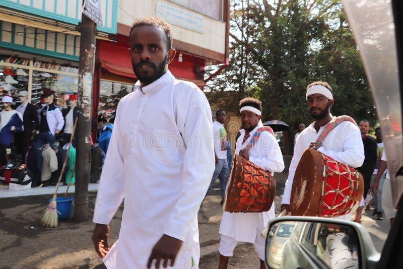 Äthiopische Männer und Frauen, die den 123. Jahrestag von Äthiopiens Sieg von Adwa über der eindringenden italienischen Kraft fei stockfotografie