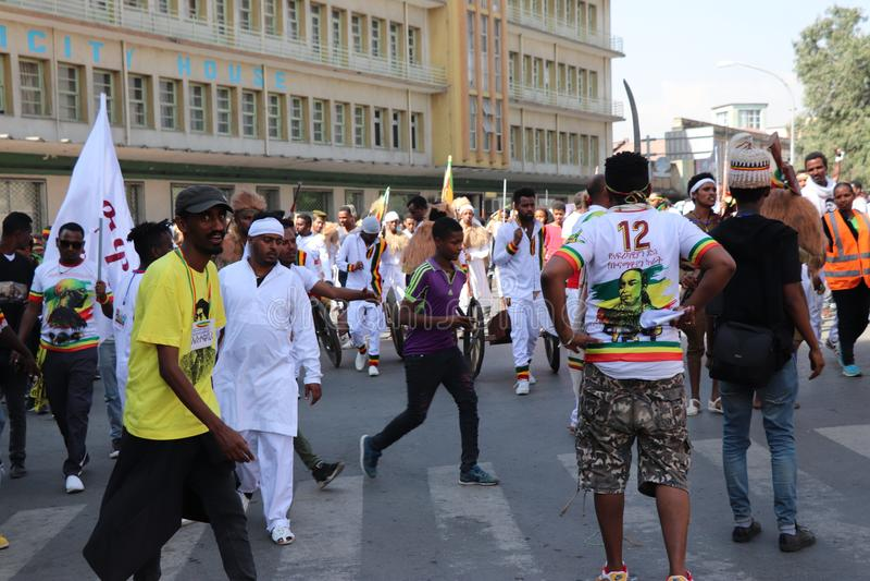 Äthiopische Männer und Frauen, die den 123. Jahrestag von Äthiopiens Sieg von Adwa über der eindringenden italienischen Kraft fei stockfoto