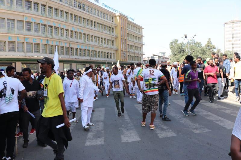 Äthiopische Männer und Frauen, die den 123. Jahrestag von Äthiopiens Sieg von Adwa über der eindringenden italienischen Kraft fei lizenzfreie stockbilder