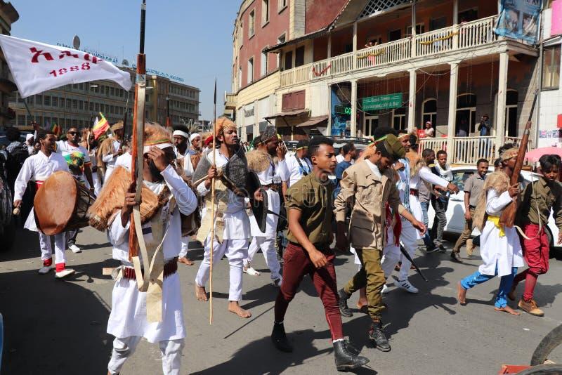Äthiopische Männer und Frauen, die den 123. Jahrestag von Äthiopiens Sieg von Adwa über der eindringenden italienischen Kraft fei lizenzfreie stockfotos