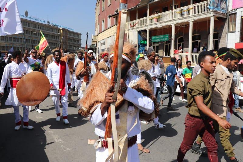 Äthiopische Männer und Frauen, die den 123. Jahrestag von Äthiopiens Sieg von Adwa über der eindringenden italienischen Kraft fei stockfotos