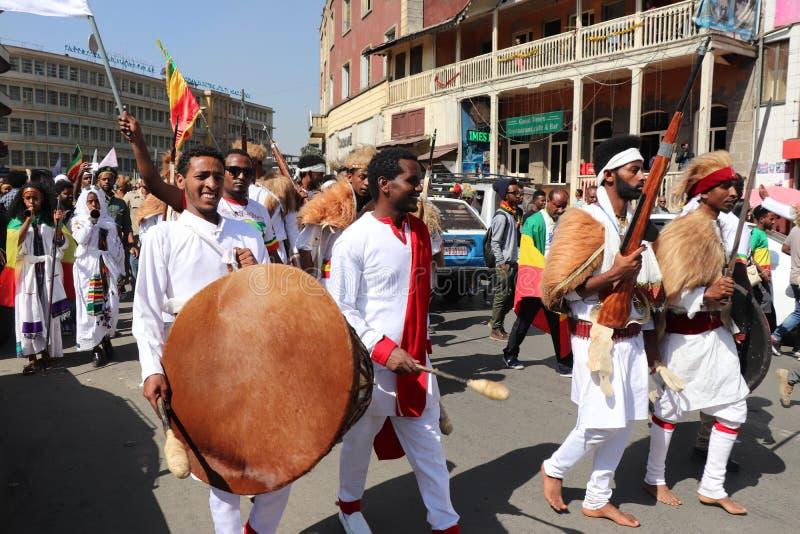 Äthiopische Männer und Frauen, die den 123. Jahrestag von Äthiopiens Sieg von Adwa über der eindringenden italienischen Kraft fei lizenzfreie stockfotografie