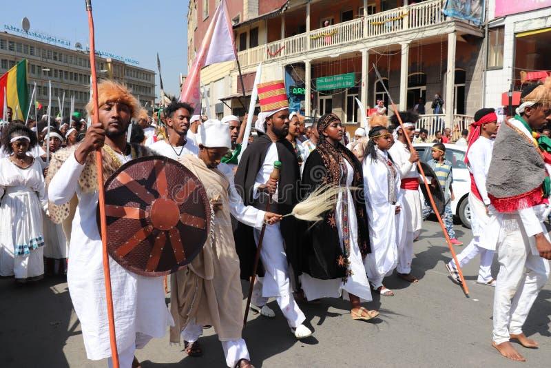 Äthiopische Männer und Frauen, die den 123. Jahrestag von Äthiopiens Sieg von Adwa über der eindringenden italienischen Kraft fei lizenzfreies stockfoto