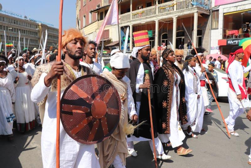 Äthiopische Männer und Frauen, die den 123. Jahrestag von Äthiopiens Sieg von Adwa über der eindringenden italienischen Kraft fei stockbild