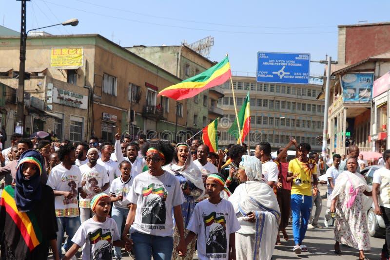 Äthiopische Männer und Frauen, die den 123. Jahrestag von Äthiopiens Sieg von Adwa über der eindringenden italienischen Kraft fei stockbilder