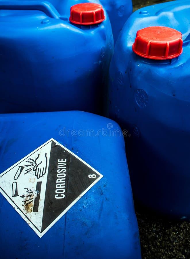 Ätzendes Material am sauren Behälter lizenzfreie stockfotografie