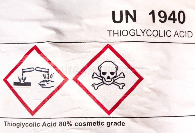 Ätzendes materielles Symbol auf Aufkleber am sauren Behälter lizenzfreies stockbild