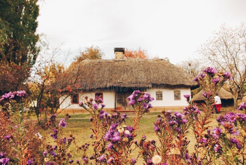 Äußere Ansicht und Garten des alten ukrainischen Hauses in Pirogovo stockbild