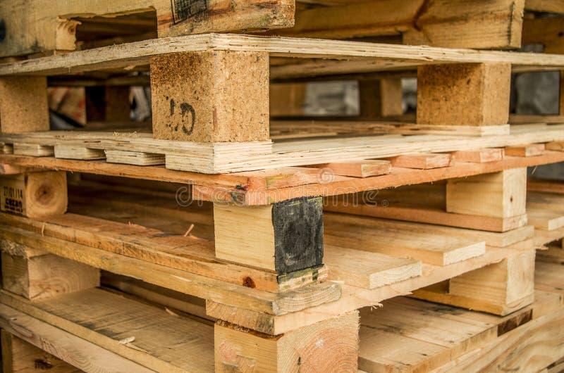 Äußerer Vorrat an alten hergestellten hölzernen Standardeuropaletten gespeichert in den Masten stockfotografie