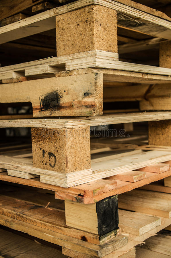 Äußerer Vorrat an alten hergestellten hölzernen Standardeuropaletten gespeichert in den Masten lizenzfreie stockfotos