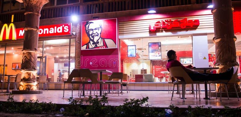 Äußeres bei arabischem Macdonads und bei KFC stockfotos