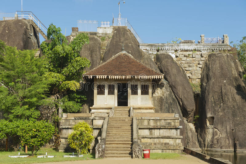 Äußeres des Eingangs zum Isurumuniya-Felsentempel in Anuradhapura, Sri Lanka lizenzfreie stockfotografie