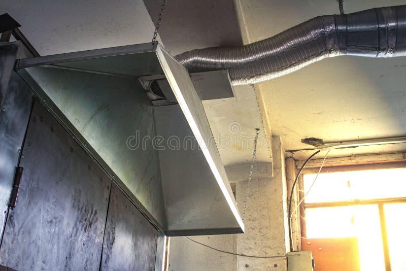 Äußeres des industriellen Luftstromes in der Fabrik, im Lufteinlass, in der Gefahr und in der Ursache der Pneumonie der Arbeitskr stockfotos