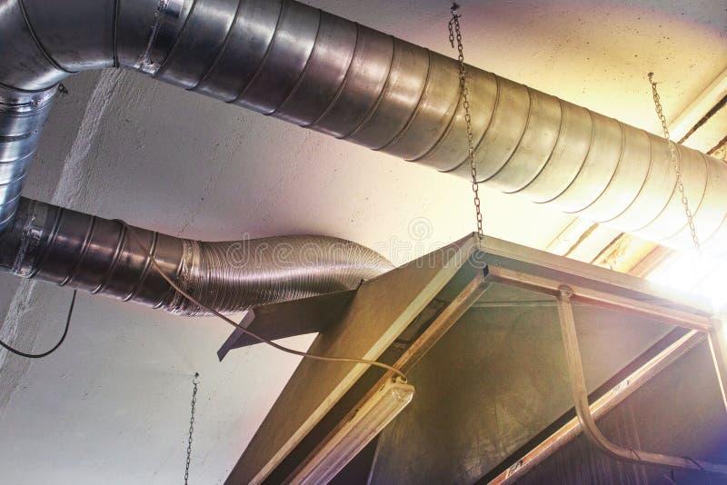 Äußeres des industriellen Luftstromes in der Fabrik, im Lufteinlass, in der Gefahr und in der Ursache der Pneumonie der Arbeitskr lizenzfreie stockbilder