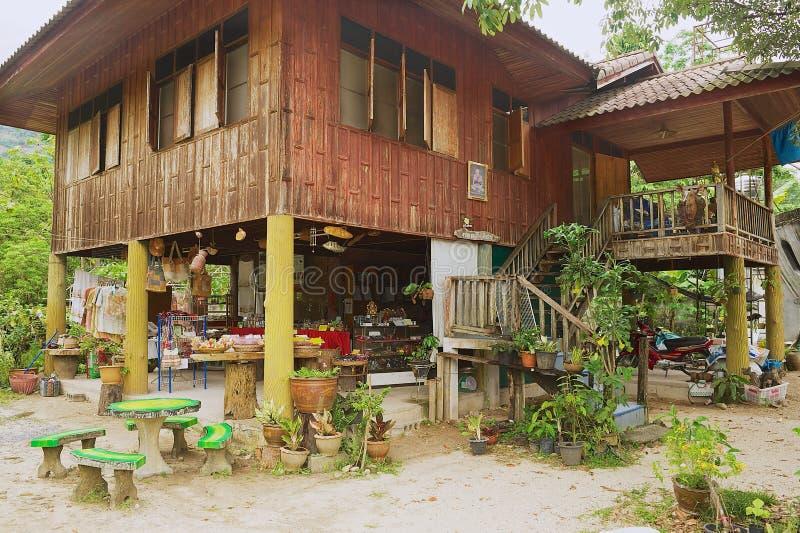 Äußeres des traditionellen thailändischen Pfahlhauses in Nakhon Sri Thammarat, Thailand lizenzfreie stockfotografie