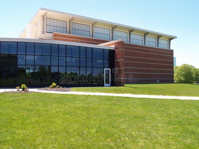 Äußeres eines modernen Ziegelstein- und Glasgebäudes lizenzfreies stockbild