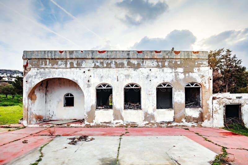 Äußeres eines verlassenen alten weißen konkreten einstöckigen Hauses stockbilder