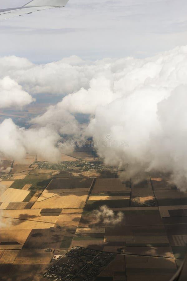 Även fyrkanter av fält under molnen royaltyfri bild