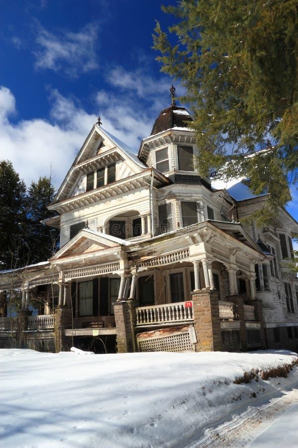 även huset ser nätt snow royaltyfri foto