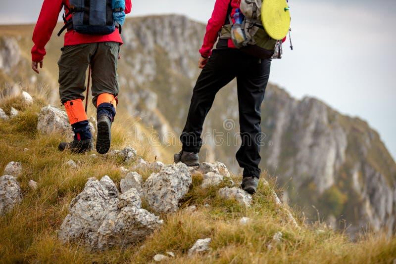 Äventyra, resa, turism, vandringen och folkbegreppet - le par som utomhus går med ryggsäckar royaltyfri bild