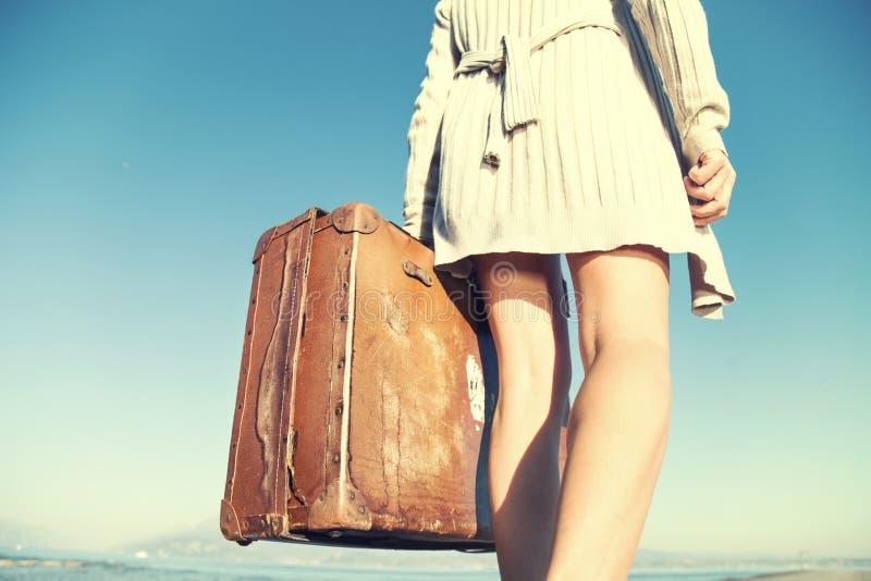 Äventyrlig kvinnaresande med hennes resväska arkivfoton